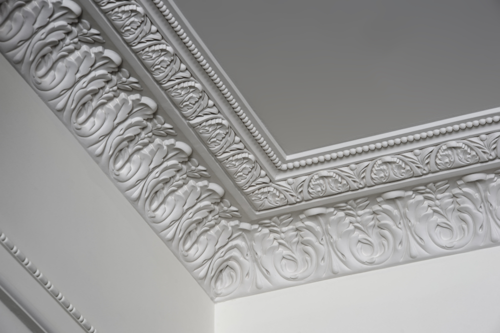 Decoratief pleisterwerk, ook wel stucwerk genoemd. Plafond renovatie
