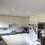 Spanplafond installatie in keuken en woonkamer #Tension #Essentials #Renovatie #Spanplafond #LED-spots #Pendel-verlichting