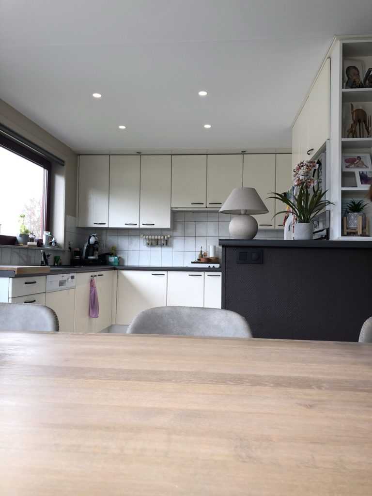 Spanplafond installatie in keuken en woonkamer #Tension #aEssentials #Renovatie #Spanplafond #LED-spots #Pendel-verlichting