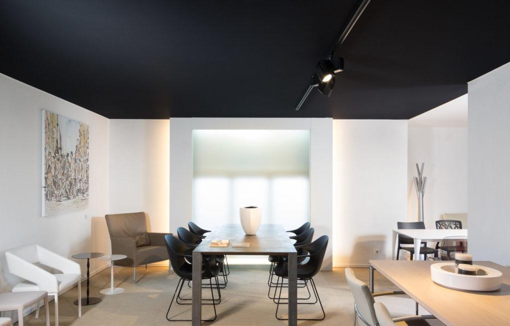 akoestisch spanplafond en akoestisch spanwand door bint in een mooie etalage ruimte