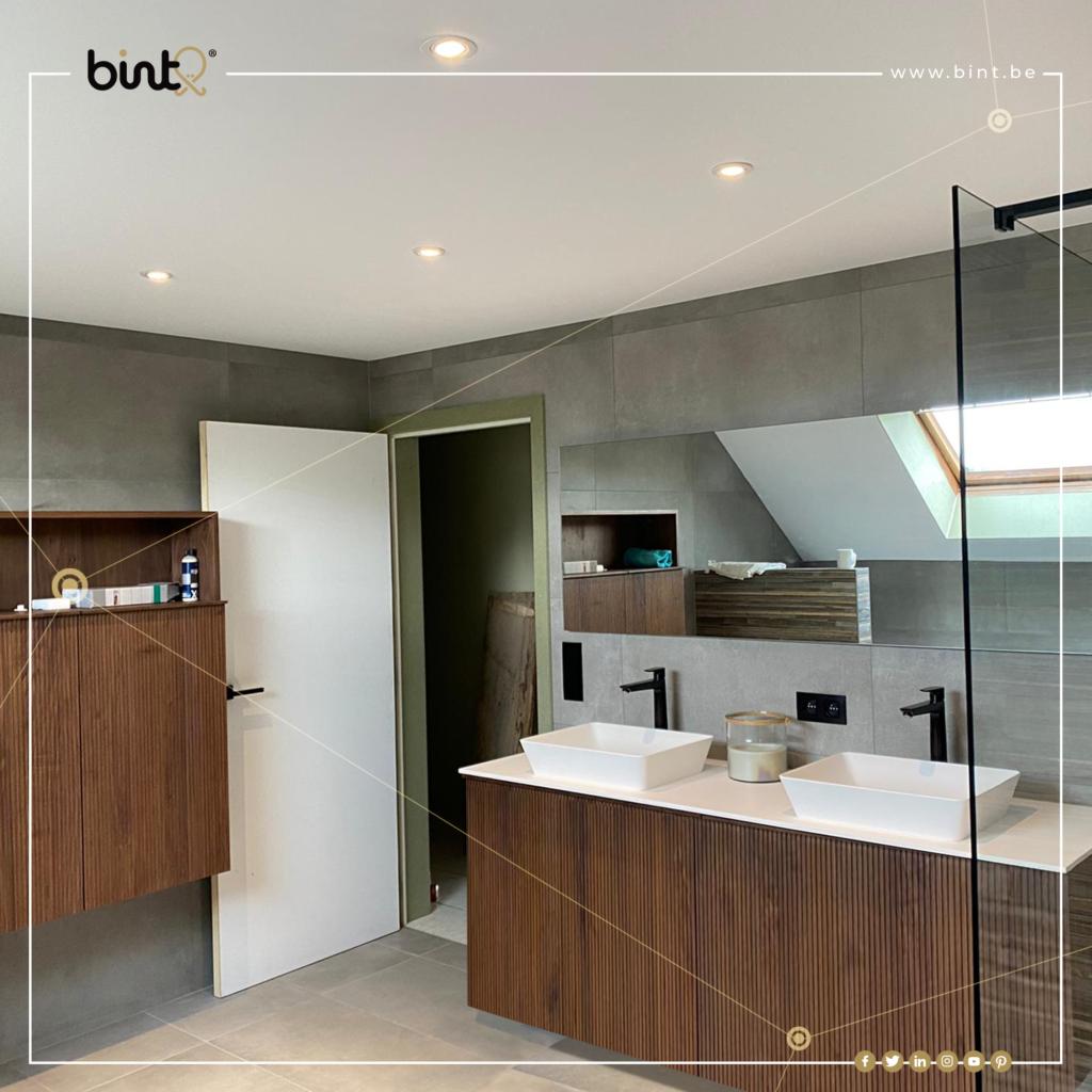 Nieuw spanplafond in moderne badkamer met inloopdouche