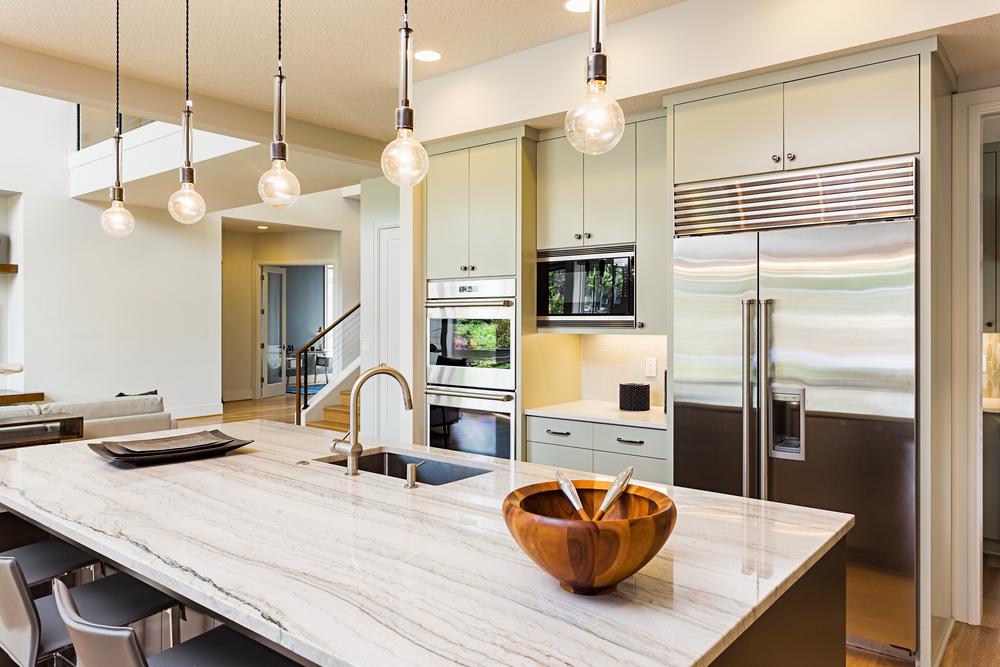 Keuken interieur met wit antibacterieel spanplafond en keukenblad.