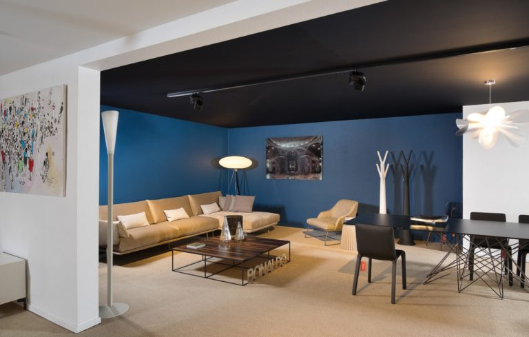 spanplafond en spanwand akoestisch met blauwe muur en zwart plafond