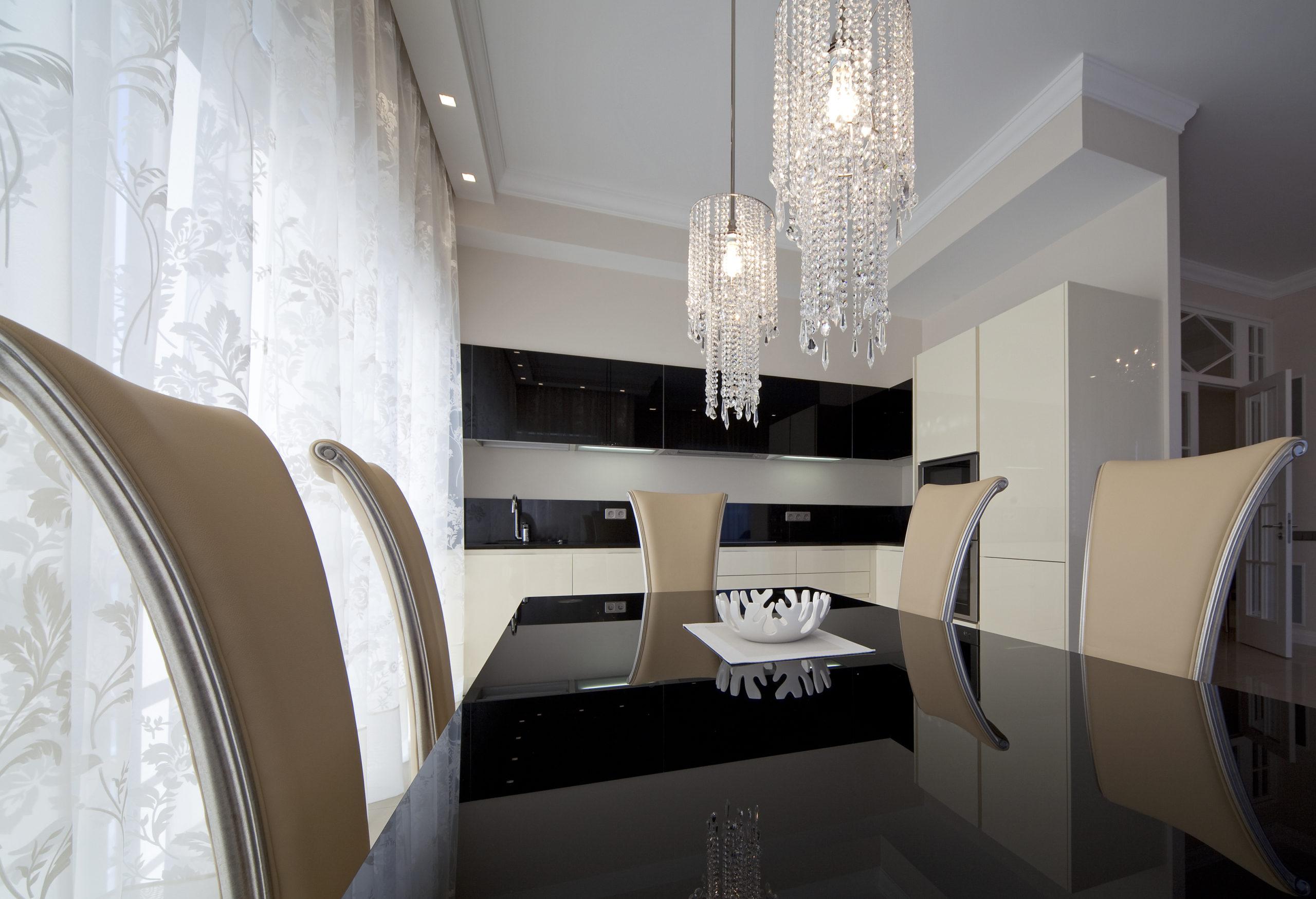 spanplafond in een keuken met ophangverlichting