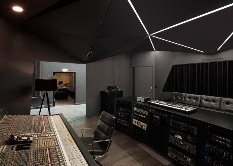 spanplafond in een muziekstudio met lichtstrips