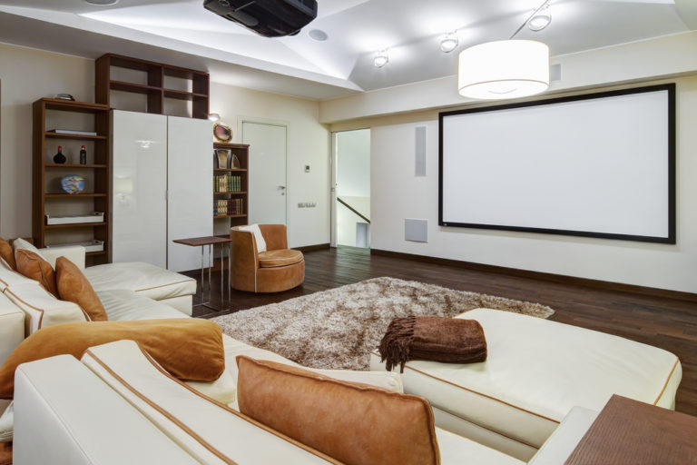 spanplafond spanwand projectie muur tension motion in een moderne woonkamer