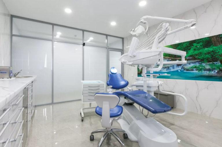 tension sterile antibacteriële wand en spanplafond in artsenpraktij met inbouwspots