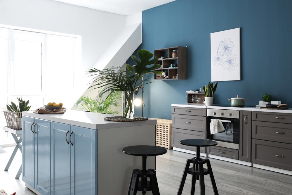 Monochrome keuken in blauw met spanwanden en spanplafonds
