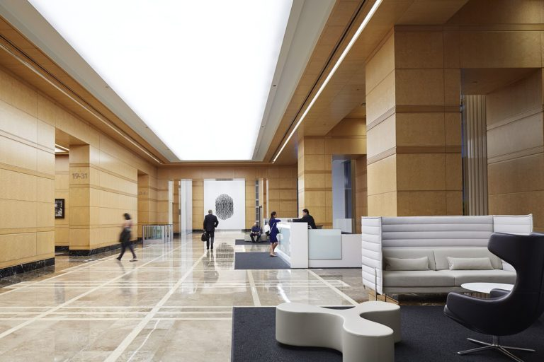 verlichte spanplafonds in een renovatie project in de ingang van ene bekend hotel