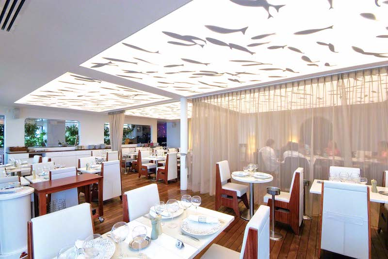 verlichte spanplafonds in een renovatie project in een bekend restaurant aan de kust