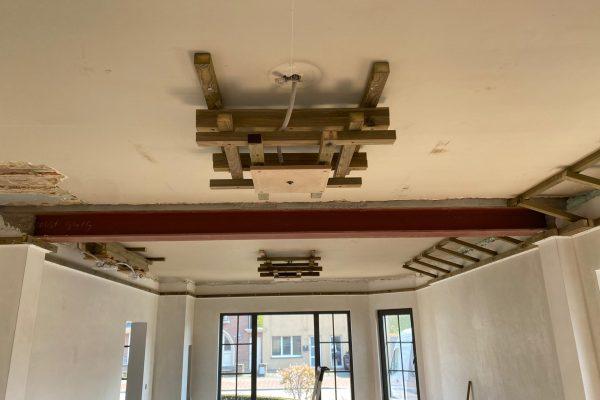 Spanplafond installatie in woonkamer. Spanplafond voordelen. #Tension #Essentials #Renovatie #Spanplafond #LED-spots #Pendel-verlichting