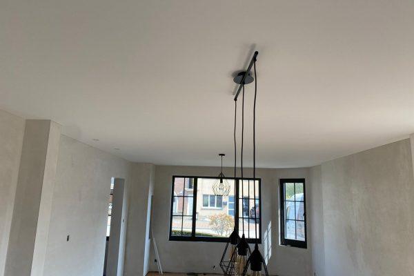 Spanplafond installatie in woonkamer #Tension #Essentials #Renovatie #Spanplafond #LED-spots #Pendel-verlichting