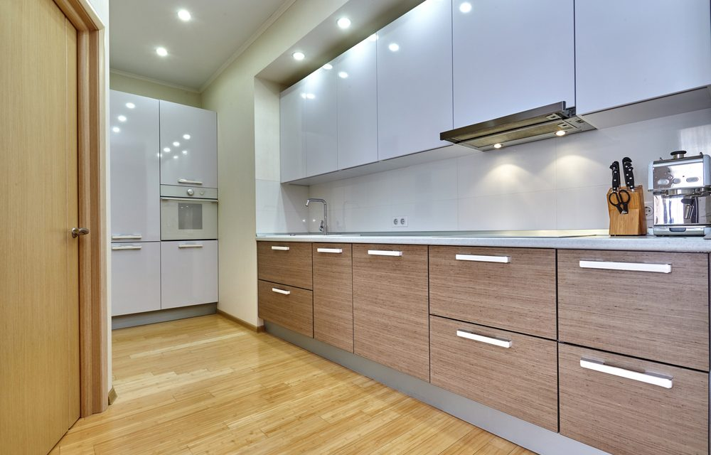 Greeploze keukenkasten met wit spanplafond en spanwand