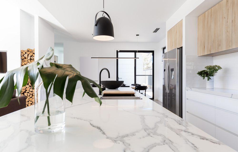 Marmeren keukenblad met wit spanplafond en witte anti-bacteriele spanwanden