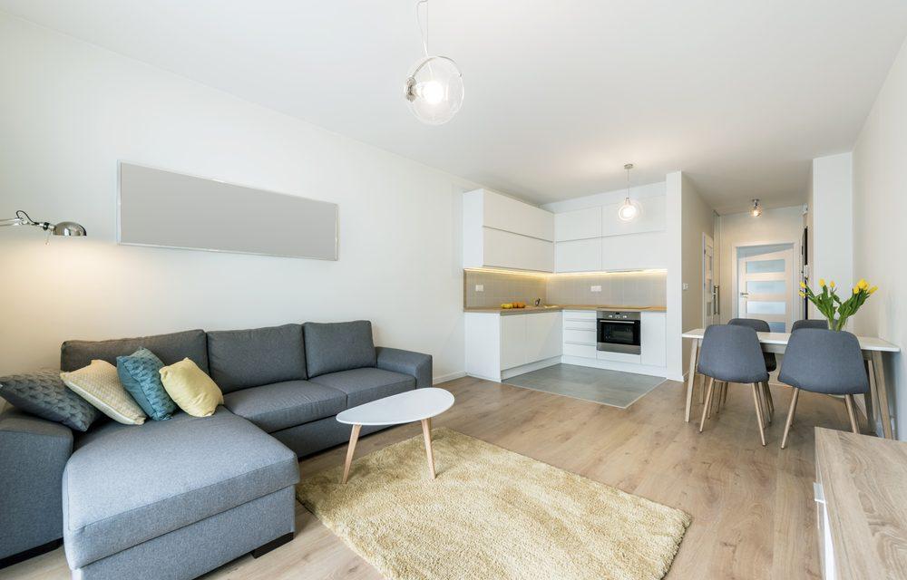 Spanplafond appartement. Spanplafond en lichtarmaturen in een modern appartement. Woonkamer en keuken interieur appartement.