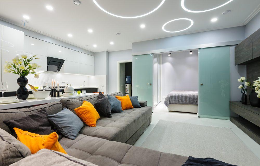 led verlichting plafond. Led verlichting in spanplafond wit moderne woonkamer.
