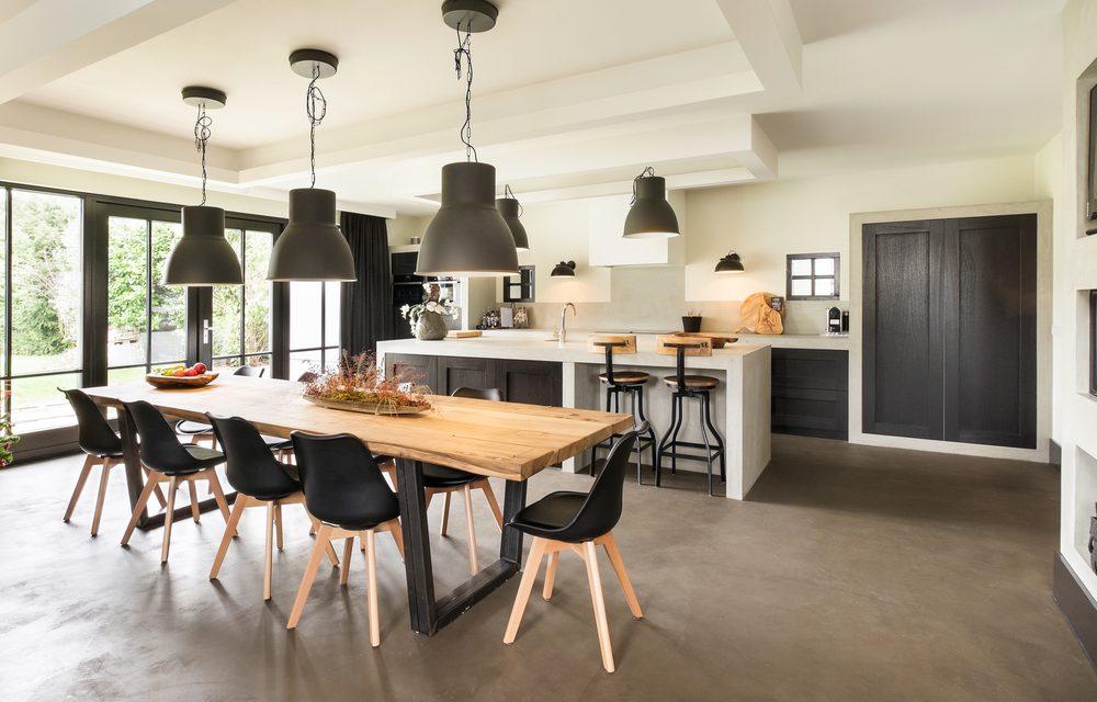 Open keuken in moderne woning met witte spanwanden