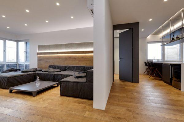 Spanplafondplaatsen in moderne woonkamer met spotjes in het plafond.