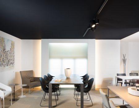 akoestisch spanplafond en akoestisch spanwand door bint in een mooie etalage ruimte. plafond isolatie.