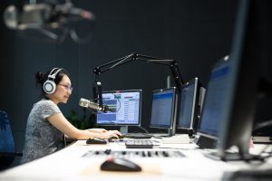 akoestische spanplafonds en spanwanden in een radio zender station