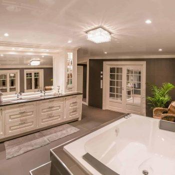 een weerspiegelend spanplafond in badkamer met glans afwerking