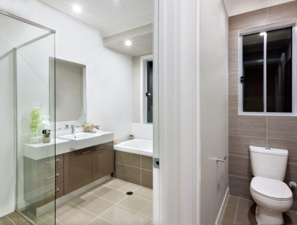 Moderne kleine badkamer met wit spanplafond en spotlichten