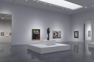 interieur design van een modern kunstgallerij met een spanwand met ingebouwde verlichting spanplafond prijs