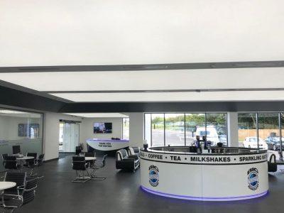 lichtplafond, spanplafond in showroom met grote showroom