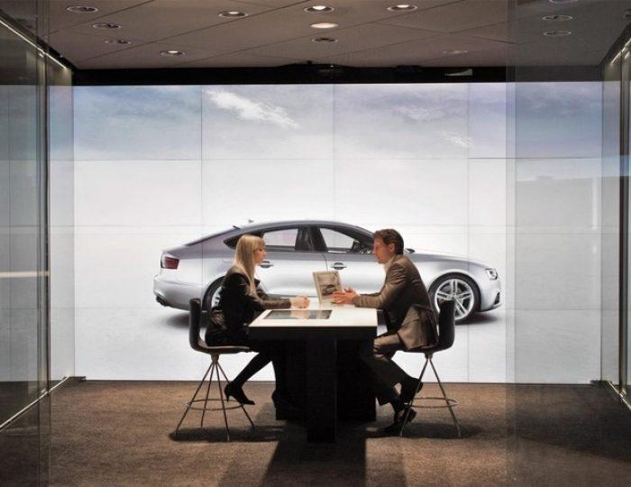 lichtplafond, spanplafond in showroom met grote showroom van audi londen