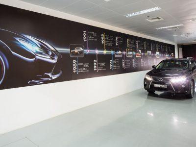 lichtplafond, spanplafond in showroom met grote showroom van lexus
