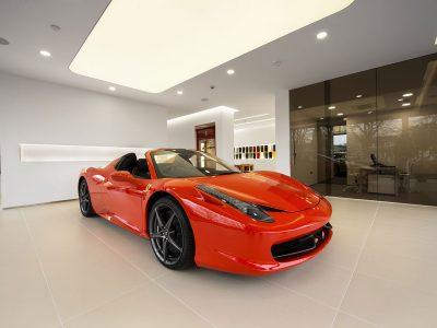 lichtplafond, spanplafond in showroom met rode sportwagen