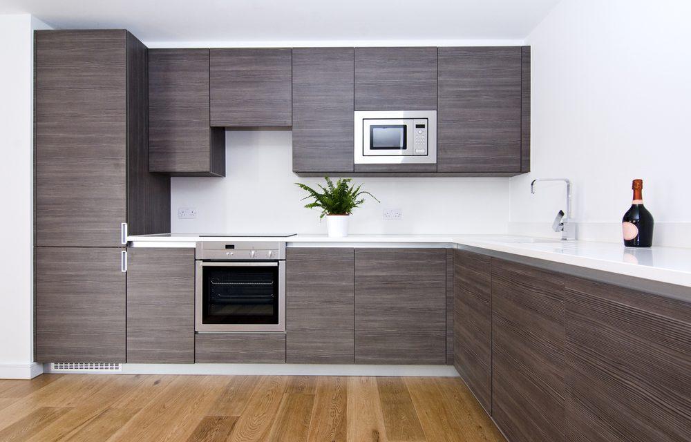 Bruine hangkasten in keuken met witte spanwand en spanplafond