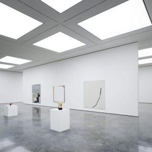 moderne kunstgallerij met lichtplafonds