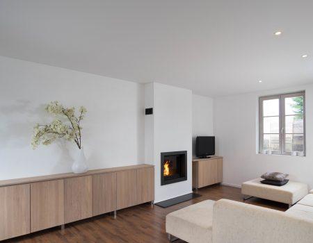 moderne woonkamer met spanplafond en led verlichting spots