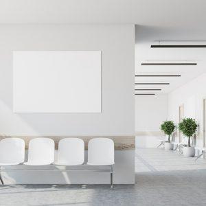 spanplafond antibacterieel gemonteerd in de wachtzaal van een artsenpraktijk