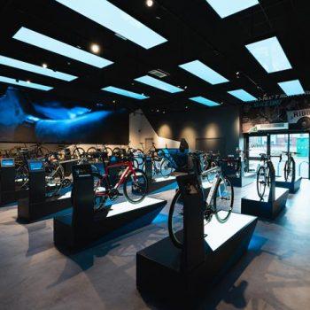 spanplafond blauw panelen in fietsenwinkel 3