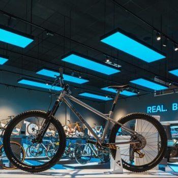 spanplafond blauw panelen in fietsenwinkel