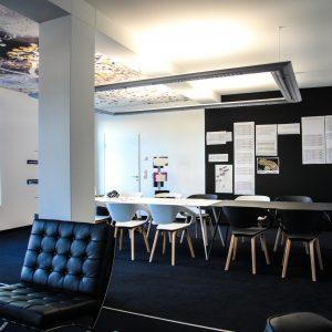 spanplafond digitaal bedrukt met achtergrond LED verlichting in een moderne meeting ruimte