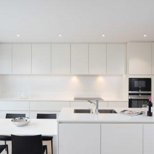 spanplafond en spanwand essentials in een moderne keuken