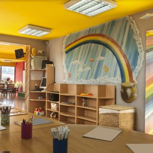 spanplafond en spanwand in een kinderopvang ruimte