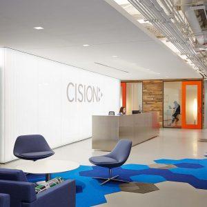 spanplafond en spanwand lumina met logo in een bedrijf ontvangstbalie secretariaat