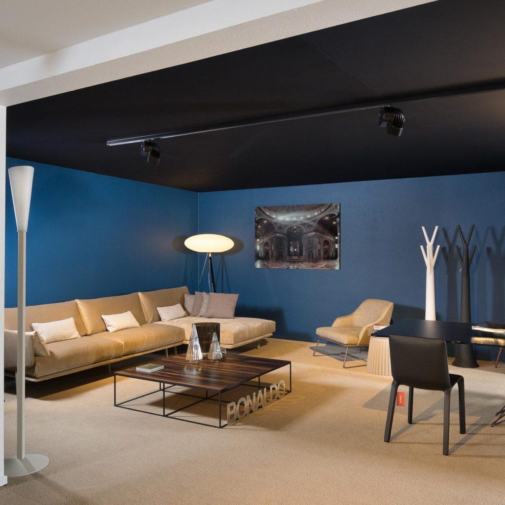 spanplafond en spanwand met akoestisch plafond en blauwe wand woonkamer inspiratie