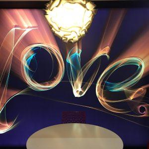 spanplafond en spanwand met love print