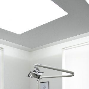spanplafond en spanwand met lumina achtergrond LED verlichting in een medische praktijk