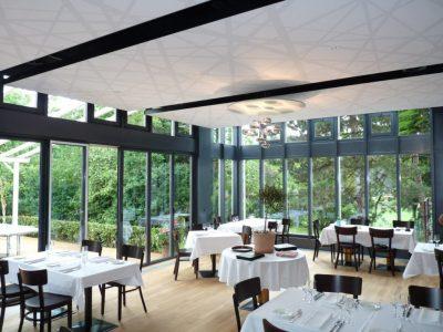 spanplafond en spanwand tension vivid plafond restaurant met abstract ontwerp