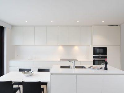 spanplafond en spanwande in keuken met spots integratie
