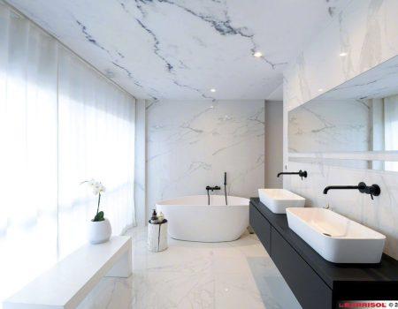 spanplafond en spanwanden in een badkamer antibacterieel met marmer print