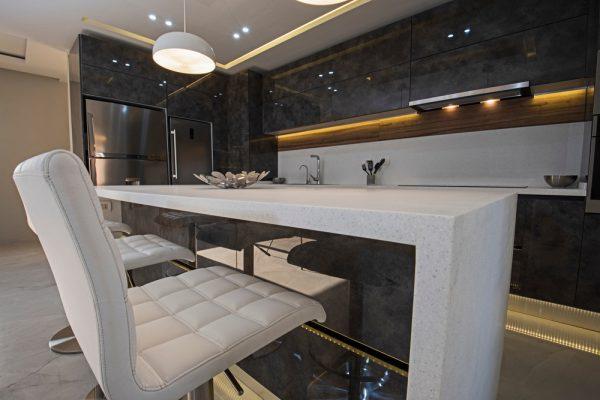 spanplafond in een amerikaanse moderne keuken