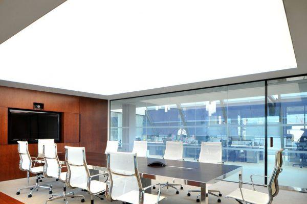 spanplafond lumina met LED verlichting in een zeer modern kantoor