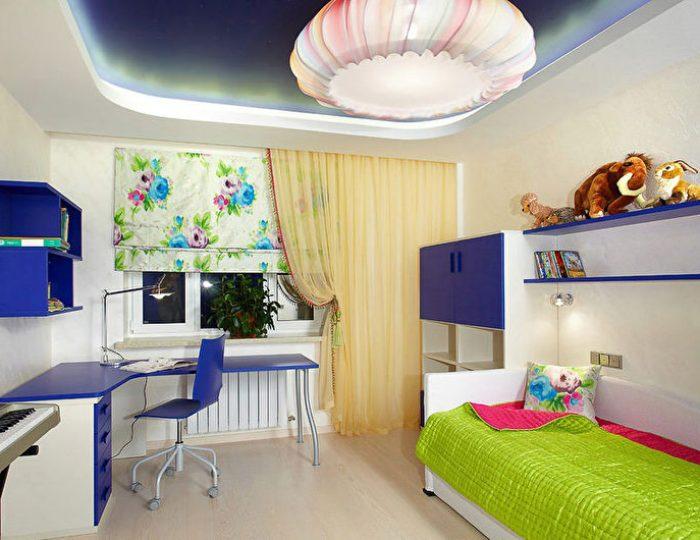 spanplafond met LED verlichting blauw in een kinderkamer